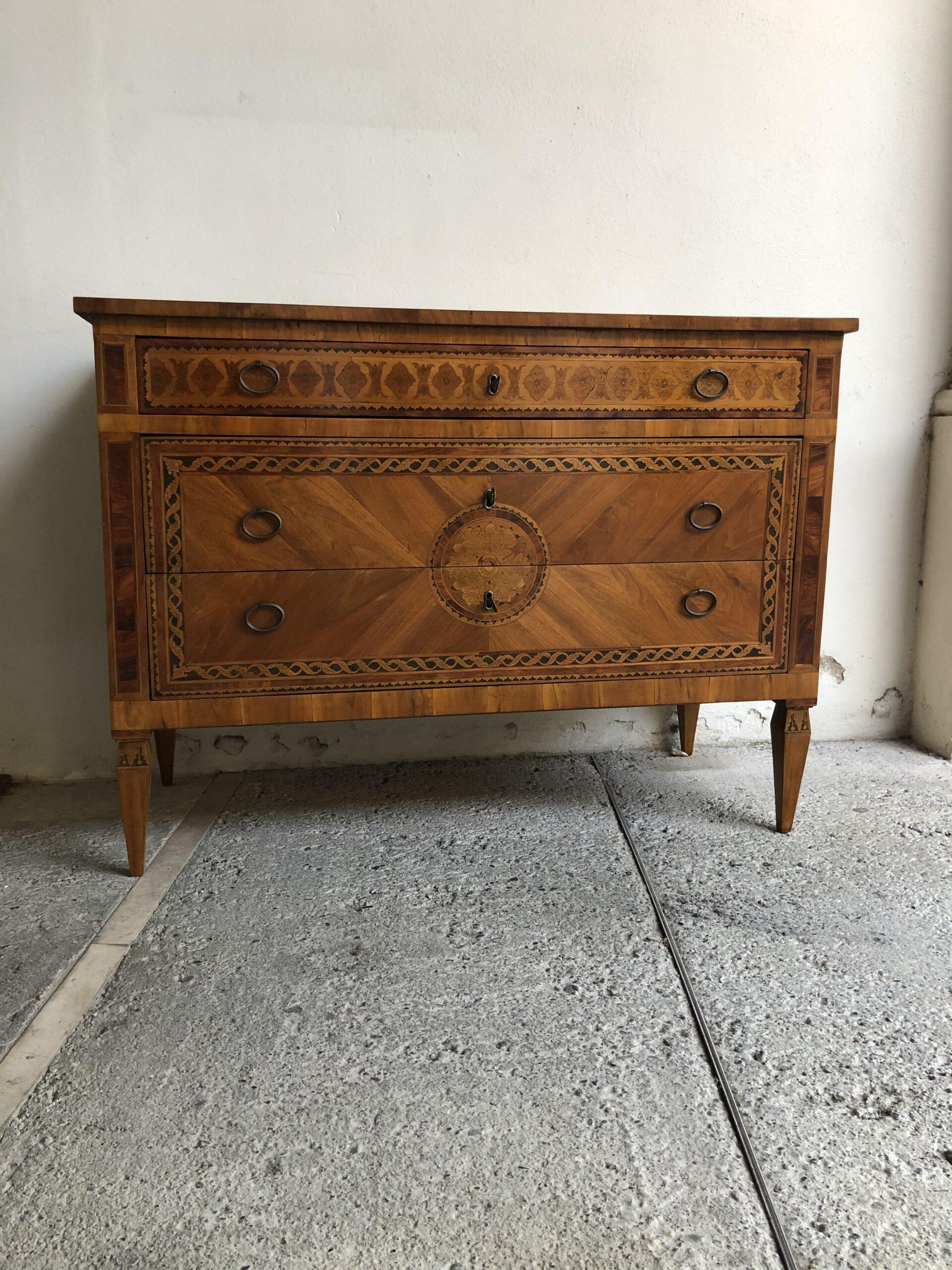 Cassettone Luigi XVI intarsiato